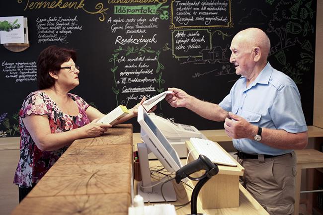 Gyuri bácsi szolgálta ki az első vásárlót, aki Kertész Zsuzsa volt, a Gyógynövénynapok állandó műsorvezetője